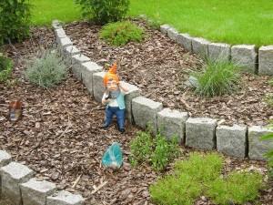 Zwerg im Garten (weiter weg)