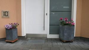 Blumenkübel am Eingang
